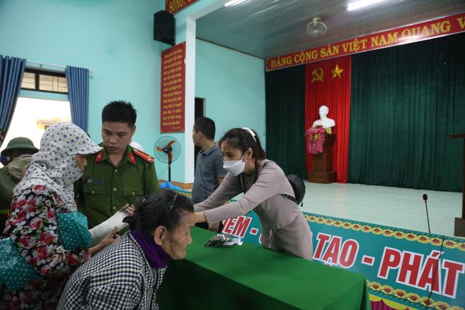 Sau lần ngưng tặng quà cứu trợ vì thấy nhiều người đeo vàng đến nhận, Thủy Tiên đã quay lại Hải Thượng để trao tiền cho người dân-13