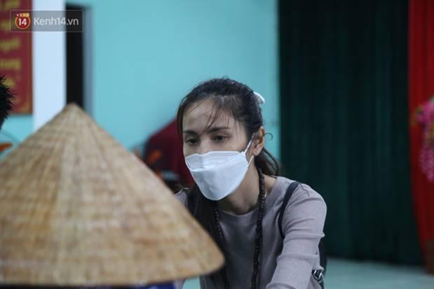Sau lần ngưng tặng quà cứu trợ vì thấy nhiều người đeo vàng đến nhận, Thủy Tiên đã quay lại Hải Thượng để trao tiền cho người dân-15