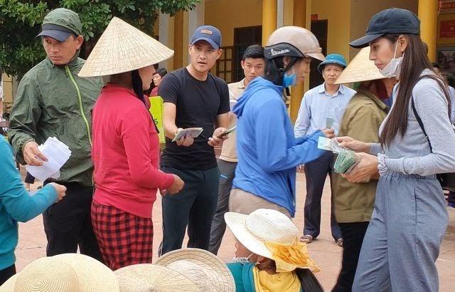 Thủy Tiên – Công Vinh gầy gò ngày trở về Sài Gòn sau nửa tháng cứu trợ miền Trung-4