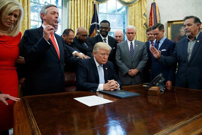 Bầu cử Mỹ: Sự thật bức ảnh TT Trump đứng không vững, cần người đỡ khi các bang ngả xanh-4