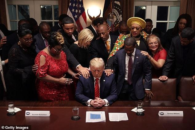 Bầu cử Mỹ: Sự thật bức ảnh TT Trump đứng không vững, cần người đỡ khi các bang ngả xanh-5