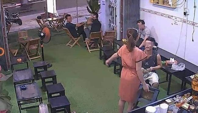 Ngang nhiên vào quán cà phê rồi thò tay sàm sỡ chị chủ, nam thanh niên bị phản đòn đến xanh mặt theo cách bất ngờ-4