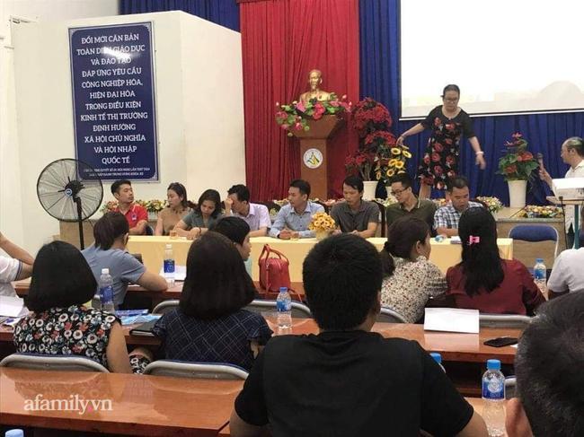 Vụ suất ăn bán trú ở trường Trần Thị Bưởi: Cuộc họp căng thẳng ngày 7/11 diễn ra suốt 5 tiếng liên tục, phụ huynh phản đối ban đại diện cha mẹ học sinh-2