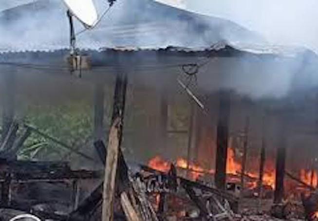 Cháy nhà lúc ba mẹ đi vắng, 2 cháu bé tử vong-1