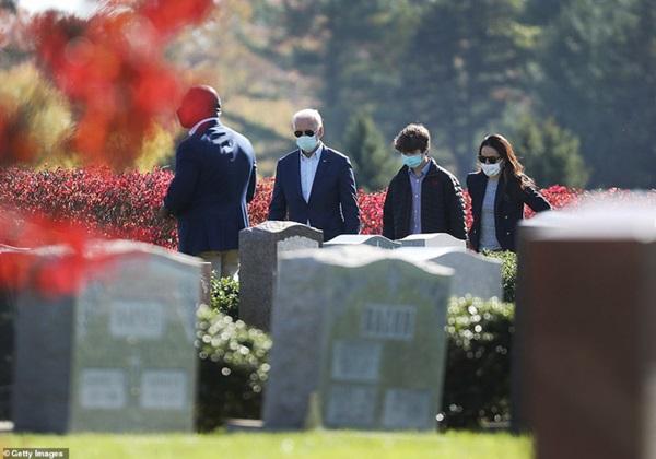 Ngày đầu tiên sau khi đắc cử: Tân Tổng thống Joe Biden đến thăm mộ con trai cả quá cố báo tin vui, ông Donald Trump lặng lẽ đi đánh golf một mình-1