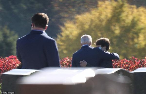 Ngày đầu tiên sau khi đắc cử: Tân Tổng thống Joe Biden đến thăm mộ con trai cả quá cố báo tin vui, ông Donald Trump lặng lẽ đi đánh golf một mình-3
