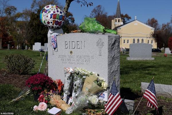Ngày đầu tiên sau khi đắc cử: Tân Tổng thống Joe Biden đến thăm mộ con trai cả quá cố báo tin vui, ông Donald Trump lặng lẽ đi đánh golf một mình-4
