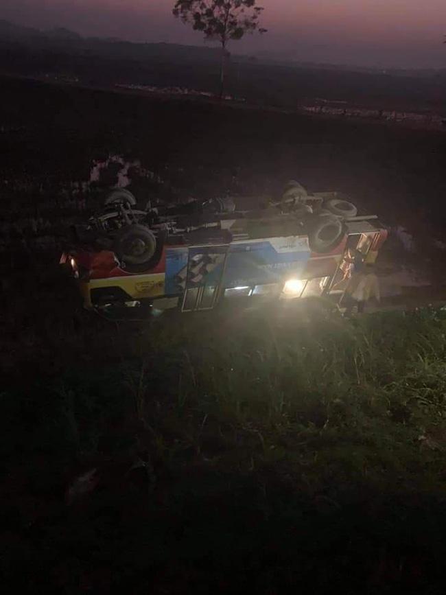 Xe buýt tông trúng trâu đang đi bộ qua đường rồi lật nhào xuống ruộng, gần chục hành khách hoảng loạn-1
