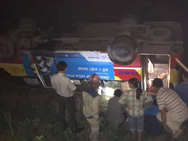 Xe buýt tông trúng trâu đang đi bộ qua đường rồi lật nhào xuống ruộng, gần chục hành khách hoảng loạn-3