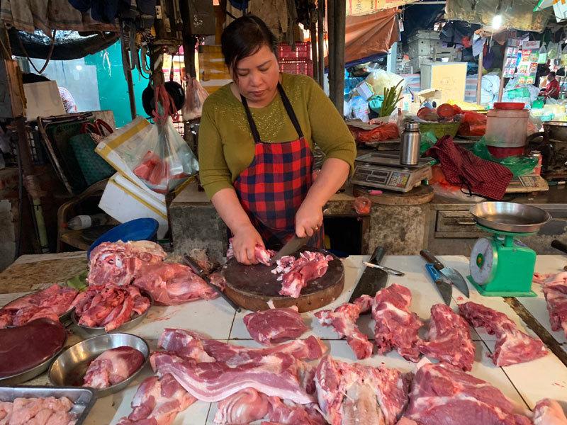 Thịt lợn hết sốt, hàng ăn cố thủ không chịu giảm giá-1