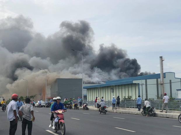 TP.HCM: Cháy lớn tại công ty chế biến thực phẩm, khói bốc cao hàng chục mét-1