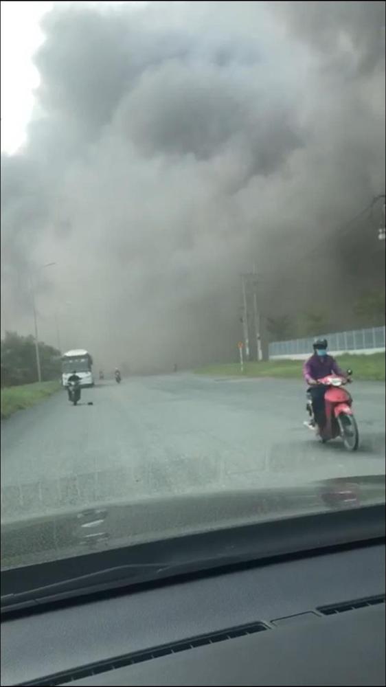 TP.HCM: Cháy lớn tại công ty chế biến thực phẩm, khói bốc cao hàng chục mét-3
