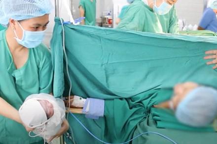 Mắc ung thư vòm họng vẫn cố sống từng ngày nuôi thai nhi, người mẹ vỡ òa hạnh phúc khi bé trai nặng 2,3kg ra đời