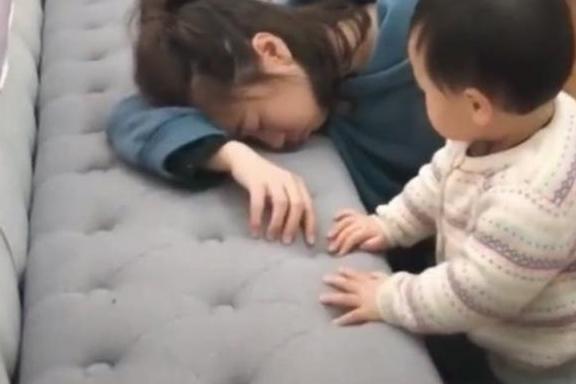 Bố và mẹ giả vờ ngất để thử lòng con, phản ứng của đứa bé khiến mẹ như bị xát muối vào tim-2