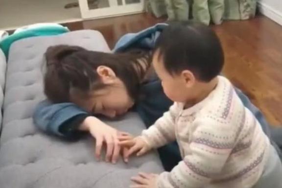 Bố và mẹ giả vờ ngất để thử lòng con, phản ứng của đứa bé khiến mẹ như bị xát muối vào tim-3