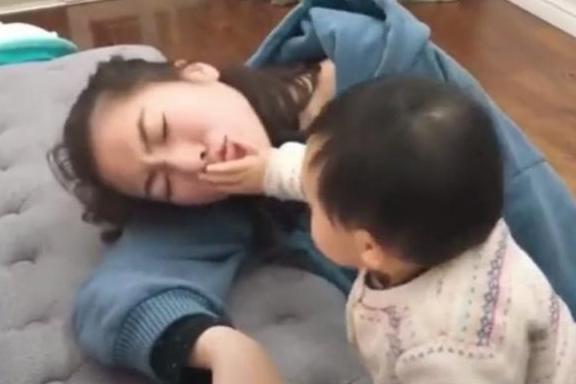 Bố và mẹ giả vờ ngất để thử lòng con, phản ứng của đứa bé khiến mẹ như bị xát muối vào tim-4