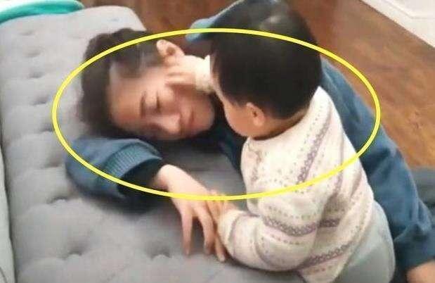 Bố và mẹ giả vờ ngất để thử lòng con, phản ứng của đứa bé khiến mẹ như bị xát muối vào tim-5