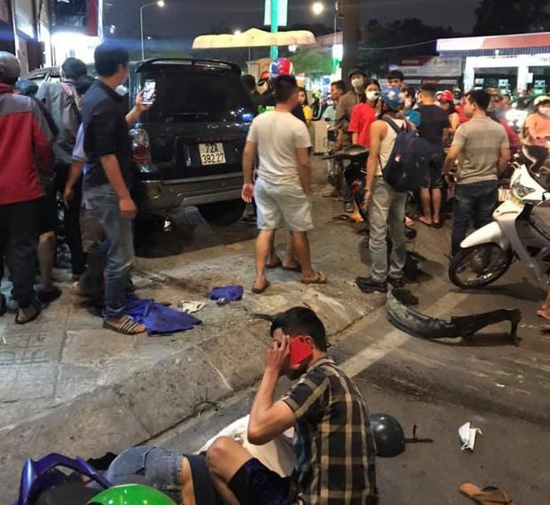 Ô tô điên tông hàng loạt xe máy tại giao lộ, nhiều nạn nhân nằm la liệt khiến người đi đường kinh hãi-3