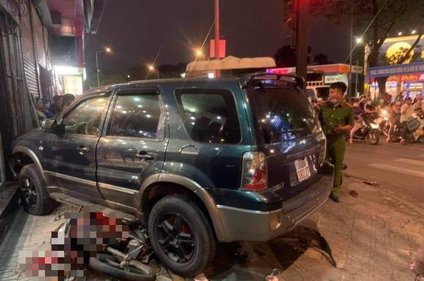 Ô tô điên tông hàng loạt xe máy tại giao lộ, nhiều nạn nhân nằm la liệt khiến người đi đường kinh hãi-1