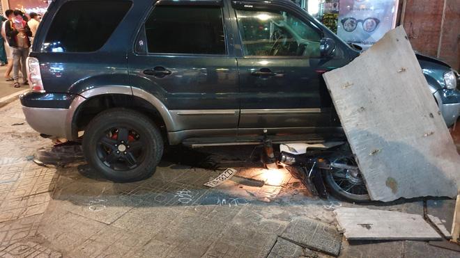 Ô tô điên tông hàng loạt xe máy tại giao lộ, nhiều nạn nhân nằm la liệt khiến người đi đường kinh hãi-4