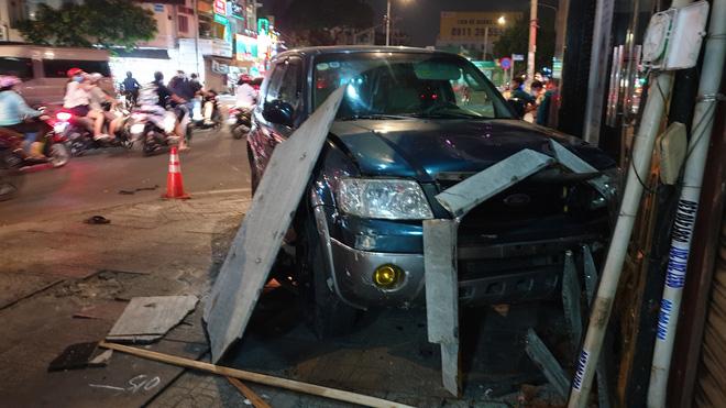 Ô tô điên tông hàng loạt xe máy tại giao lộ, nhiều nạn nhân nằm la liệt khiến người đi đường kinh hãi-6