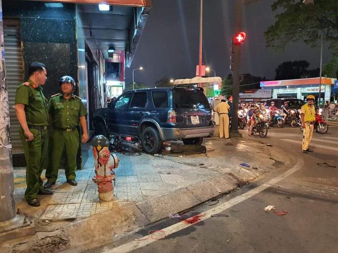 Ô tô điên tông hàng loạt xe máy tại giao lộ, nhiều nạn nhân nằm la liệt khiến người đi đường kinh hãi-8