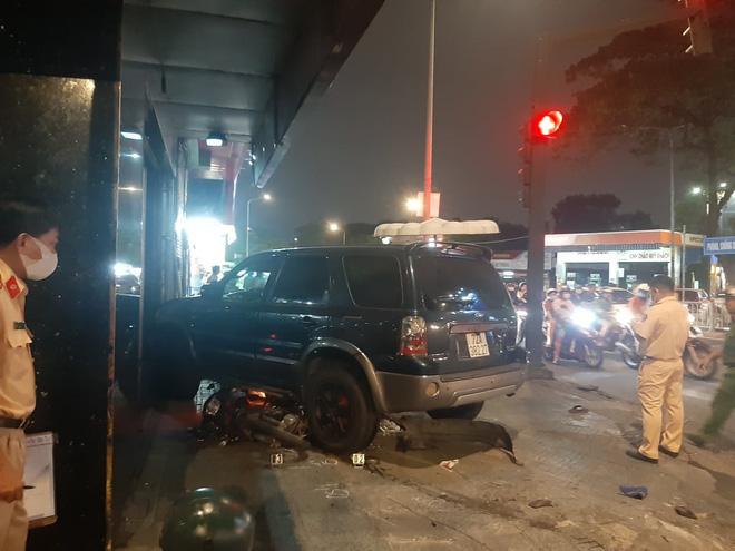 Ô tô điên tông hàng loạt xe máy tại giao lộ, nhiều nạn nhân nằm la liệt khiến người đi đường kinh hãi-9