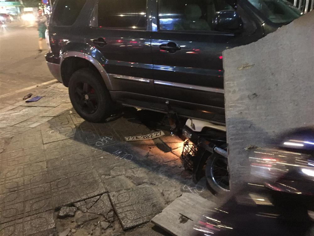 Ô tô điên tông hàng loạt xe máy tại giao lộ, nhiều nạn nhân nằm la liệt khiến người đi đường kinh hãi-2
