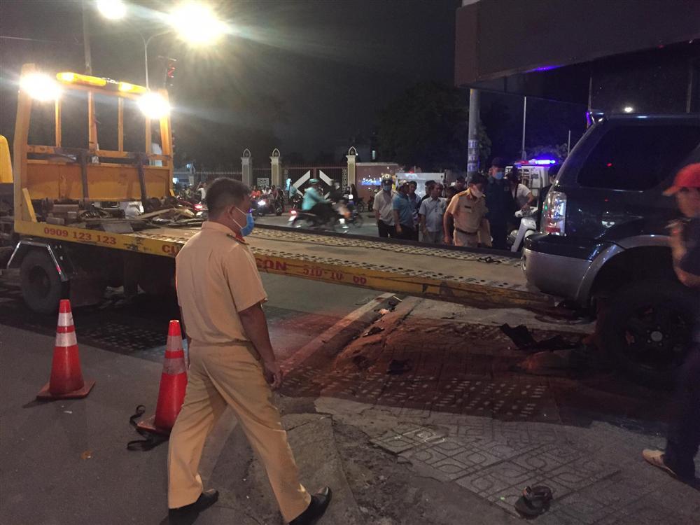 Ô tô điên tông hàng loạt xe máy tại giao lộ, nhiều nạn nhân nằm la liệt khiến người đi đường kinh hãi-10