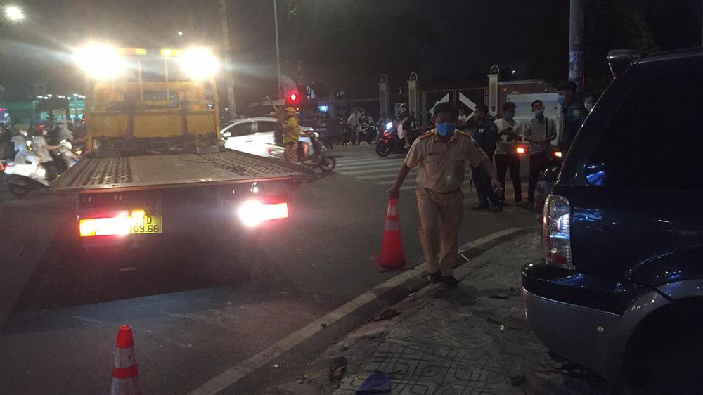 Ô tô điên tông hàng loạt xe máy tại giao lộ, nhiều nạn nhân nằm la liệt khiến người đi đường kinh hãi-11