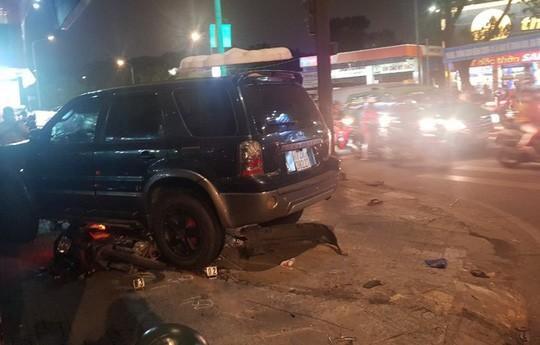 Ô tô điên tông hàng loạt xe máy tại giao lộ, nhiều nạn nhân nằm la liệt khiến người đi đường kinh hãi-7