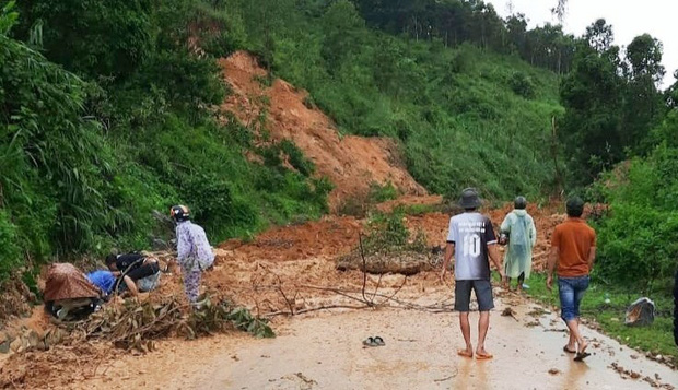 Clip khoảnh khắc sạt lở núi vùi lấp người đi đường ở Quảng Nam: Chạy, chạy, chạy đi…-1