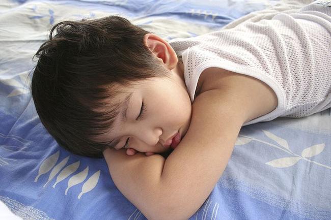 Bé trai 5 tuổi tử vong khi đang ngủ trưa ở trường mầm non, nguyên nhân khiến phụ huynh và giáo viên đau lòng-2