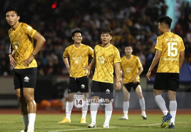 Dàn cầu thủ và sao Việt cực cháy trong trận bóng đá vì miền Trung, khoảnh khắc Jack - Quang Hải chung khung hình gây sốt-10