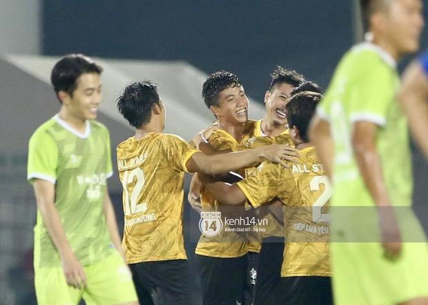 Dàn cầu thủ và sao Việt cực cháy trong trận bóng đá vì miền Trung, khoảnh khắc Jack - Quang Hải chung khung hình gây sốt-11
