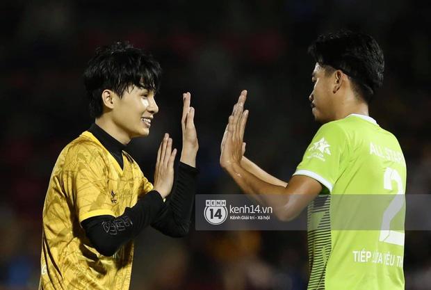 Dàn cầu thủ và sao Việt cực cháy trong trận bóng đá vì miền Trung, khoảnh khắc Jack - Quang Hải chung khung hình gây sốt-12