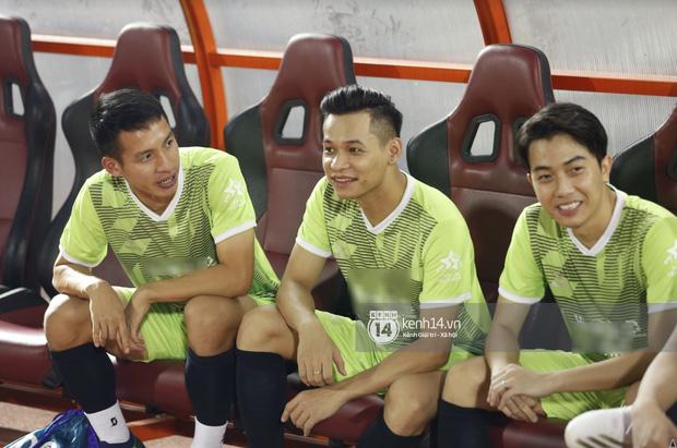 Dàn cầu thủ và sao Việt cực cháy trong trận bóng đá vì miền Trung, khoảnh khắc Jack - Quang Hải chung khung hình gây sốt-8