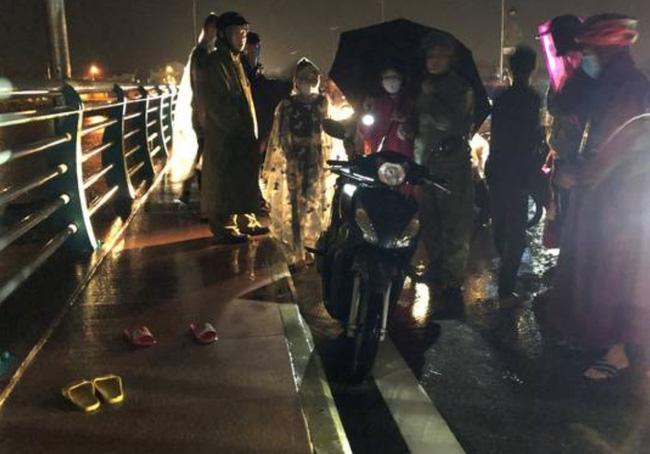 Quảng Ngãi: Mâu thuẫn gia đình, mẹ ôm 2 con lên cầu giữa lúc nước lũ dâng cao, để lại xe máy và 2 đôi dép-1