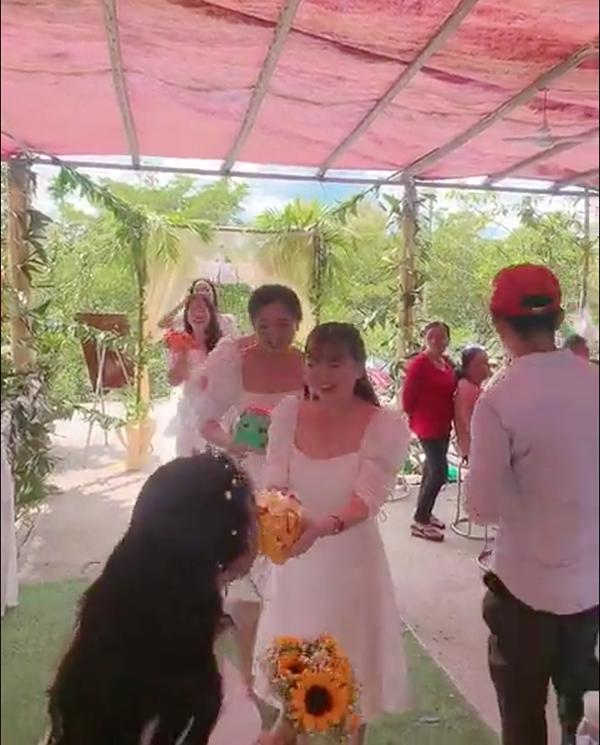 Clip hội bạn thân nhà người ta đi mừng cưới: Tích cóp cả năm, mỗi người tặng cho cô dâu 1 chú lợn đất-1