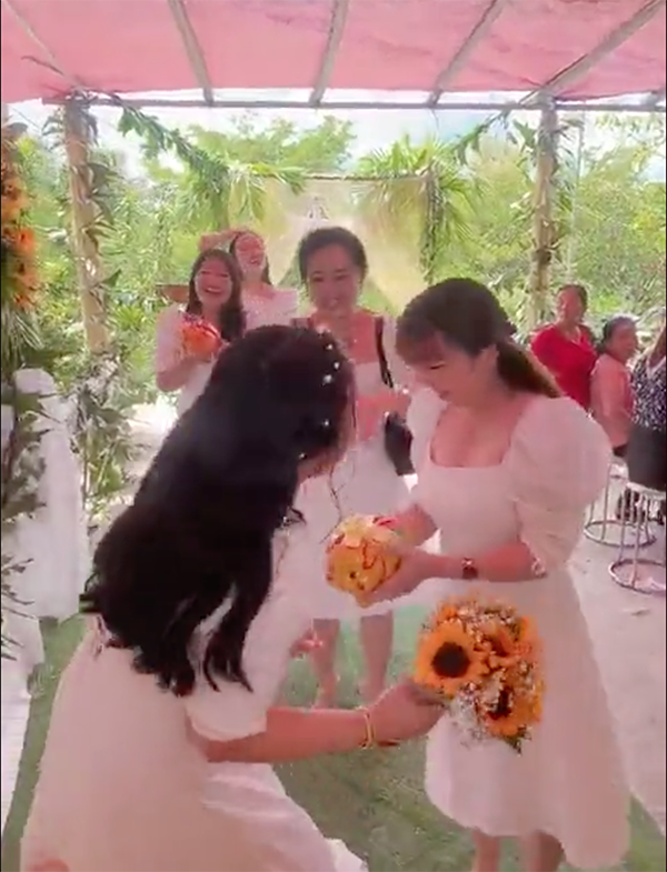 Clip hội bạn thân nhà người ta đi mừng cưới: Tích cóp cả năm, mỗi người tặng cho cô dâu 1 chú lợn đất-2