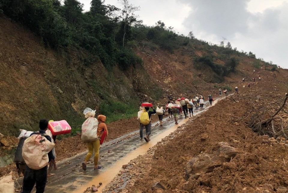 Xúc động hình ảnh đoàn cứu trợ gùi hàng leo dốc hơn 10km giúp đỡ người dân vùng sâu, bị cô lập-1