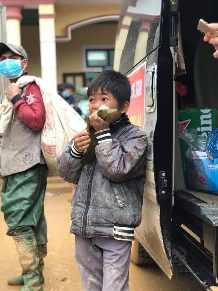 Nghẹn lòng khoảnh khắc trẻ em vùng lũ ngấu nghiến nhai từng chiếc bánh chưng cứu trợ: Quần áo, mặt mũi vẫn còn lấm lem-1