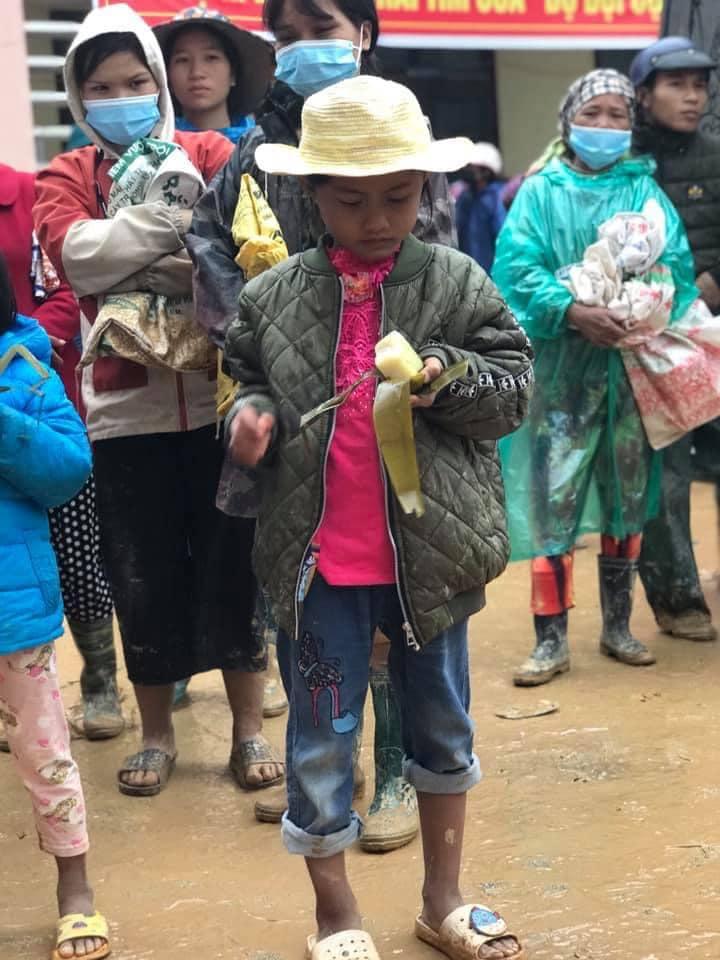 Nghẹn lòng khoảnh khắc trẻ em vùng lũ ngấu nghiến nhai từng chiếc bánh chưng cứu trợ: Quần áo, mặt mũi vẫn còn lấm lem-2