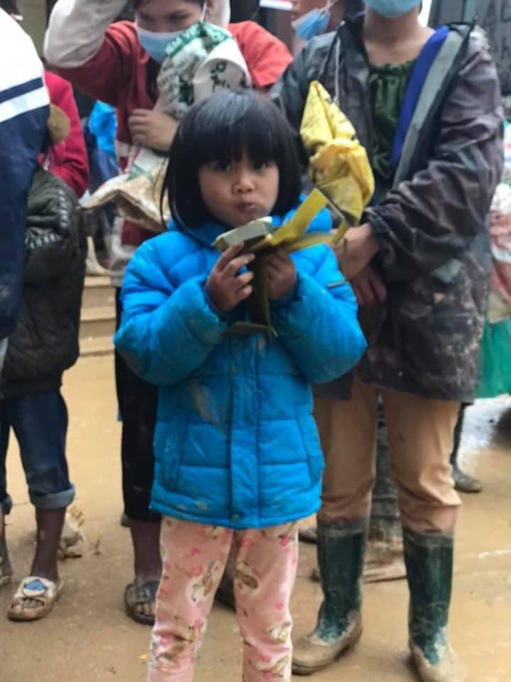 Nghẹn lòng khoảnh khắc trẻ em vùng lũ ngấu nghiến nhai từng chiếc bánh chưng cứu trợ: Quần áo, mặt mũi vẫn còn lấm lem-3