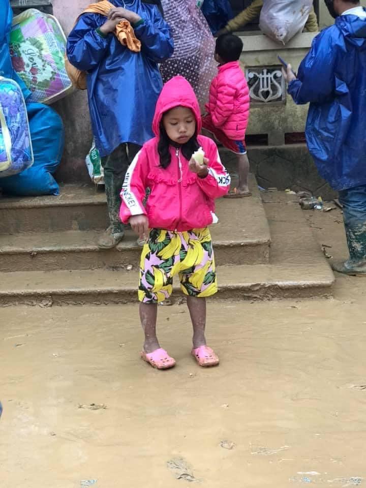 Nghẹn lòng khoảnh khắc trẻ em vùng lũ ngấu nghiến nhai từng chiếc bánh chưng cứu trợ: Quần áo, mặt mũi vẫn còn lấm lem-4