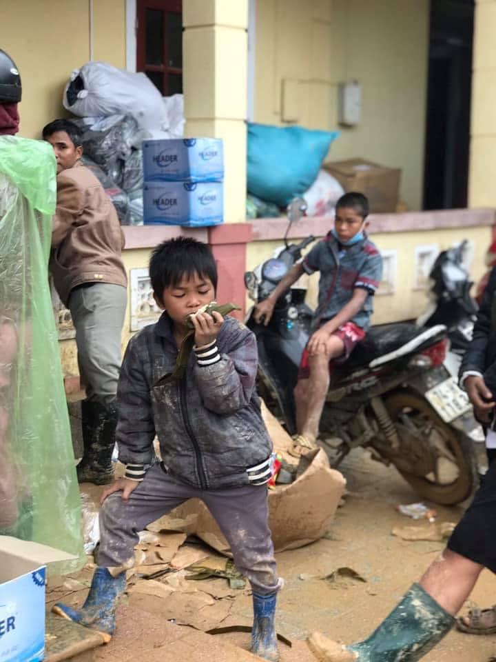 Nghẹn lòng khoảnh khắc trẻ em vùng lũ ngấu nghiến nhai từng chiếc bánh chưng cứu trợ: Quần áo, mặt mũi vẫn còn lấm lem-5