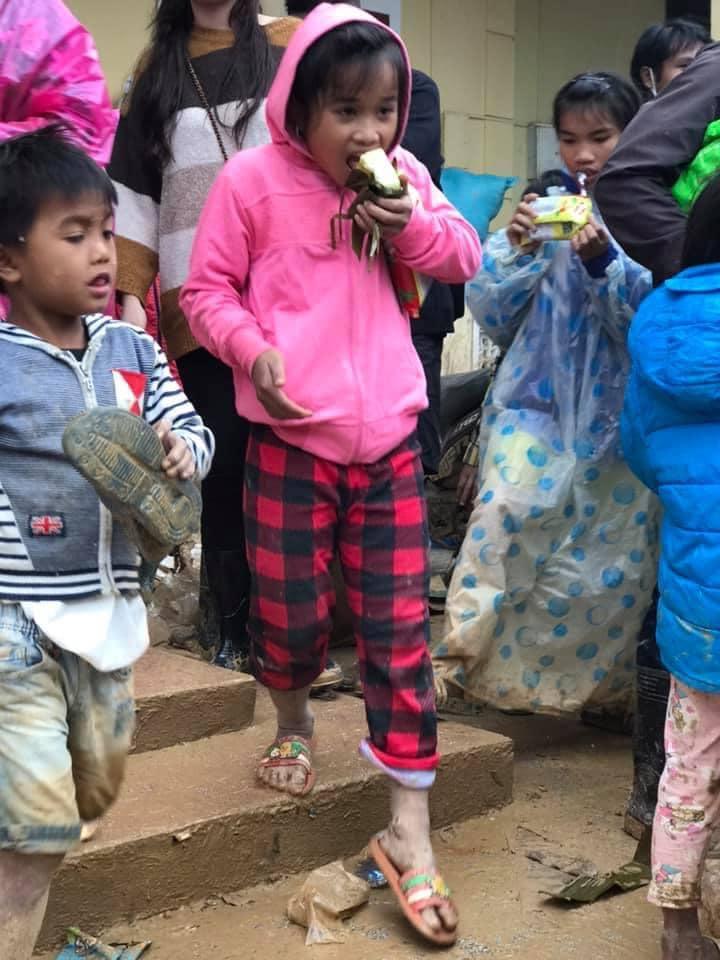 Nghẹn lòng khoảnh khắc trẻ em vùng lũ ngấu nghiến nhai từng chiếc bánh chưng cứu trợ: Quần áo, mặt mũi vẫn còn lấm lem-6