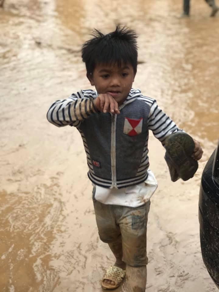 Nghẹn lòng khoảnh khắc trẻ em vùng lũ ngấu nghiến nhai từng chiếc bánh chưng cứu trợ: Quần áo, mặt mũi vẫn còn lấm lem-7