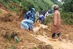 Lại thêm 1 vụ sạt lở, đất đá ào ào đổ xuống khi hàng chục người đang cứu hộ, tìm kiếm người mất tích-2