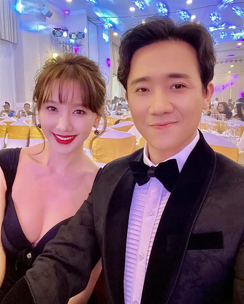 Từng mê Hari Won mặc đồ sexy, giờ Trấn Thành lại soi bộ đầm xẻ cao tít tắp mà vợ diện: Che chắn cẩn thận vẫn thấy không yên tâm-1